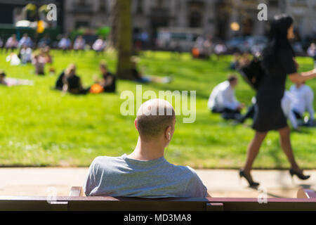 Office workers enjoy the warm spring weather at lunchtime in Berkeley Square in London, where temperatures rose as high as 26 degrees. Photo date: Wednesday, April 18, 2018. Photo: Roger Garfield/Alamy Live News - Stock Photo
