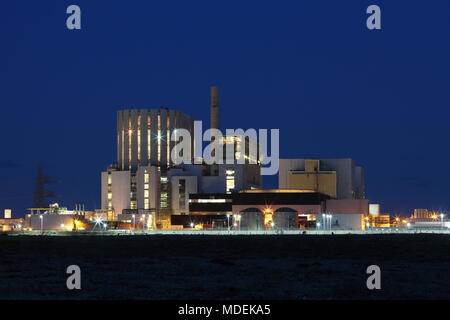 Dungeness nuclear power stations at night. Dungeness B is on the left; Dungeness A on the right. - Stock Photo