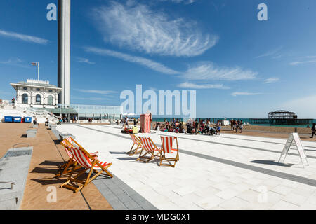 People are watching a performance of a puppet theater in Brighton, i360 tower - Stock Photo