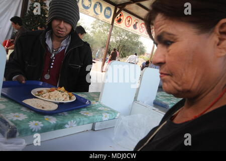 Migrantes Hondureños durante  su paso por Hermosillo con rumbo al Norte  se reúnen en un comedor a punto de medio dÃa. .staff /nortephoto.com,CREDI