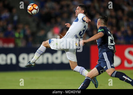 Santiago, Chile. 20th Apr, 2018. Universidad de Chile's Rodrigo Echeverria (R) vies for the ball with Cruzeiro's Thiago Neves (L) during the Copa Libertadores soccer match between Universidad de Chile and Cruzeiro at Nacional stadium in Santiago de Chile, Chile, 19 April 2018. Credit: Mario Ruiz/EFE/Alamy Live News - Stock Photo