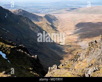 View along Cwm Pen-llafar from Cefn Ysgolion Duon in the Carneddau mountains. Grib Lem, the Llech Ddu spur rises from centre to Carnedd Dafydd, left. - Stock Photo