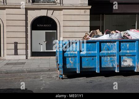 Paris, 8th arrondissement, rue Francis I of France, facades et scenes de street, district of la mode, rubble skip, work, - Stock Photo