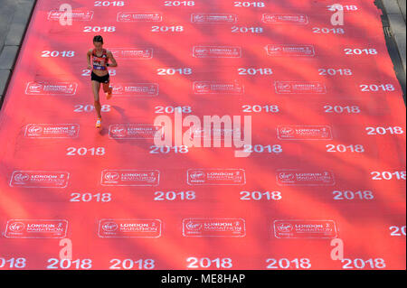 London, UK.  22 April 2018. A runner crosses a red carpet during the 2018 London Marathon. Credit: Stephen Chung / Alamy Live News - Stock Photo