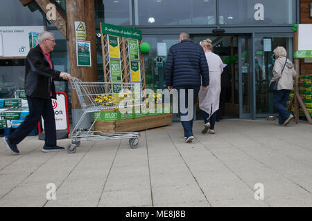 Southport, Merseyside, UK 22 April 2018. . UK Weather. Gardeners flock to Garden Centres as the warm weather continues, tempered with light showers earlier in the day. Springtime bonanza for local gardening stores with buyers taking advantage of discounted items.  Credit; MediaWorldImages/AlamyLiveNews. - Stock Photo