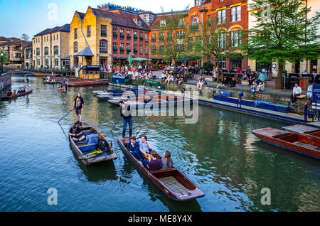 Cambridge Tourism - tourists punt along the River Cam next to the Quayside in Cambridge UK. - Stock Photo