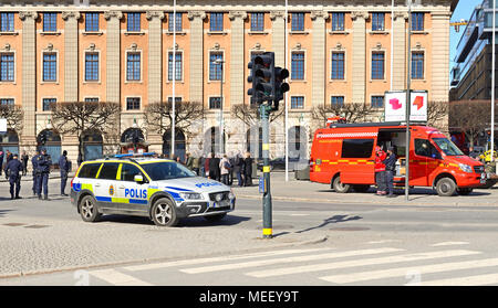 Storstockholms brandforsvar, police on Gustav Adolfs torg (square). People evacuated from Ministry of Foreign Affairs - Stock Photo