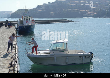 Holidaymakers casting off from the quay at Collioure, France - Stock Photo