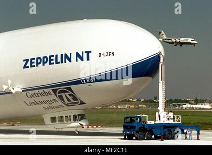 The new Zeppelin LZ N 07 is anchored after its first major overland flight on August 9, 1998, next to the runway at Stuttgart Airport. The 75-meter-long airship, filled with 8200 cubic meters of non-flammable helium, returned the Friedrichshafen-Stuttgart route in just under four hours the previous day (8.8.). The occasion was the commemoration of a failed premiere 90 years ago. On 4 and 5 August 1908, Ferdinand Graf Zeppelin (1838-1917) had wanted to prove to the military the airworthiness of his LZ 4 with a 24-hour flight from the shipyard in Friedrichshafen after Mainz and back. Several tim - Stock Photo