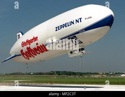 The new Zeppelin LZ N 07 will take off on August 9, 1998 next to the runway of Stuttgart Airport for a sightseeing flight. The 75-meter-long airship, filled with 8200 cubic meters of non-flammable helium, returned the Friedrichshafen-Stuttgart route in just under four hours the previous day (8.8.). The occasion was the commemoration of a failed premiere 90 years ago. On 4 and 5 August 1908, Ferdinand Graf Zeppelin (1838-1917) had wanted to prove to the military the airworthiness of his LZ 4 with a 24-hour flight from the shipyard in Friedrichshafen after Mainz and back. Several times there are - Stock Photo