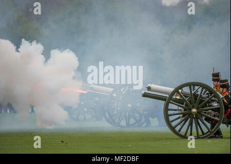 Hyde Park, London, UK. 24 April, 2018. The King's Troop Royal Horse Artillery fire celebratory Royal Salutes at 2pm on Tuesday 24th April to mark the birth of a new Royal baby, the Duke and Duchess of Cambridge's third child. 71 horses place six First World War era 13-pounder Field Guns into position for the Royal Salute halfway down Park Lane, blank artillery rounds are fired at ten-second intervals until forty-one shots have been fired. Credit: Malcolm Park/Alamy Live News. - Stock Photo