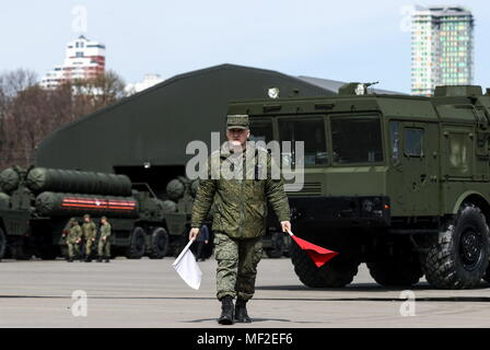 Moscow, Russia. 24th Apr, 2018. MOSCOW, RUSSIA - APRIL 24, 2018: An Iskander-M mobile short-range ballistic missile system (front) and S-400 Triumf anti-aircraft weapon system in Moscow's Nizhniye Mnyovniki Street ahead of the 9 May military parade commemorating the 73rd anniversary of the victory over Nazi Germany in the Great Patriotic War of 1941-1945, the Eastern Front of World War II. Stanislav Krasilnikov/TASS Credit: ITAR-TASS News Agency/Alamy Live News - Stock Photo