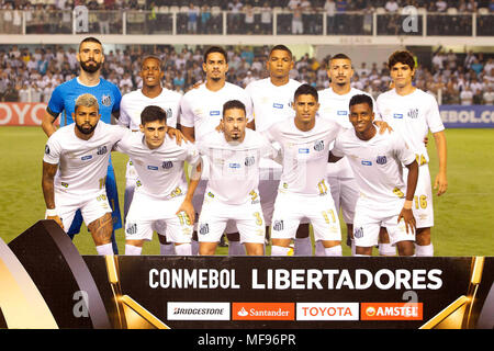 Sao Paulo, Brazil. 24th April, 2018. Santos players - Match between Santos and Estudiantes (ARG), valid for the fourth round of group F of the Copa Libertadores de América, held at the Vila Belmiro stadium in Santos, on the coast of the state of São Paulo, on the night of this Tuesday, 24. (Photo: Flavio Hopp/Photo Premium) Credit: Eduardo Carmim/Alamy Live News - Stock Photo