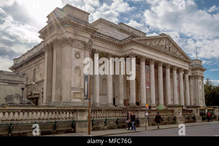 CAMBRIDGE, ENGLAND - April 23, 2016: A view of the FitzWilliam Museum for antiquities and fine arts at Cambridge on a bright sunny morning, Cambridge - Stock Photo