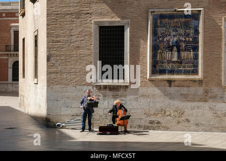 Street performers playing music in Plaza Decimo Junio Bruto, part of the old historical centre, North Ciutat Vella district, Valencia, Spain. - Stock Photo