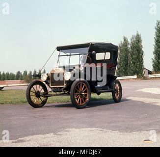A Ford Model T, also called Tin Lizzy, from 1913, manufactured in the Ford works in Koln. This model was the first car built in mass production. | usage worldwide - Stock Photo