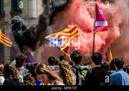 Barcelona, Spain. 26th Apr, 2018. At the end of the demonstration, black and red smoke was seen among the demonstrators with independence flags. Thousands of Catalan university students have demonstrated in the streets of Barcelona against repression and to protest the high price of university fees Credit: SOPA Images Limited/Alamy Live News - Stock Photo