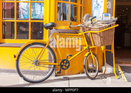 Old push bike outside a shop in Stratford upon Avon, Warickshire, West Midlands. - Stock Photo