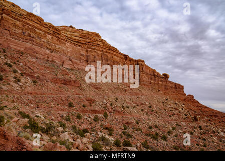The Mokee / Moki Dugway winds up the side of an escarpment in Utah - Stock Photo