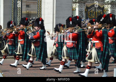 7 Company Coldstream Guards with the Band of The Royal Regiment of Scotland changing of the guard - Buckingham Palace - Stock Photo