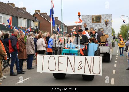 Tienhoven, Netherlands. 27th Apr, 2018. Kingsday Netherlands Tienhoven 27-04-2018 procession Toen en Nu Credit: Catchlight Visual Services/Alamy Live News - Stock Photo