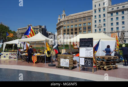 Stalls for pro-independence and freedom for political prisoners in Plaza de Cataluña, Barcelona - Stock Photo