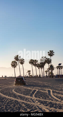Sonnenuntergang, Venice Beach, Los Angeles, Usa, California, Spuren im Sand, Police, Palmen, Blauer Himmel - Stock Photo