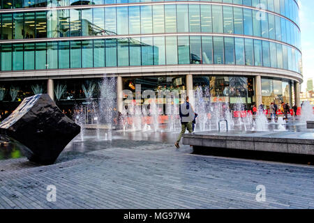 London City Hall, headquarters of the Mayor of London and the London Assembly at More London Riverside with water fountains and black cube sculpture. - Stock Photo