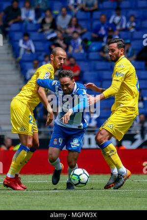 Barcelona, Spain. 28th Apr, 2018. RCD Espanyol's Sergio Garcia (C) competes during a Spanish league match between RCD Espanyol and Las Palmas in Barcelona, Spain, on April 28, 2018. The match ended 1-1. Credit: Joan Gosa/Xinhua/Alamy Live News - Stock Photo