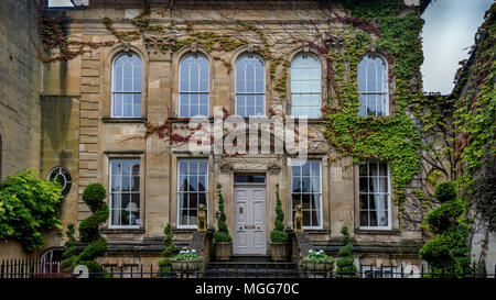 A large elegant Georgian fronted limestone town house nestles in amoungst the elegant street of the famous Cotswolds market town of  Chipping Campden - Stock Photo