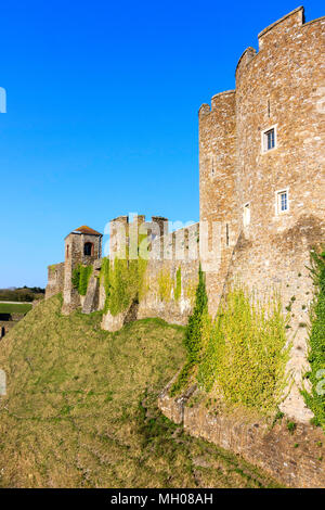 England, Dover castle. Outer curtain wall from the Constable's gate showing Treasurer's tower and Godsfoe Tower. Dry moat, bright sunshine, blue sky. - Stock Photo