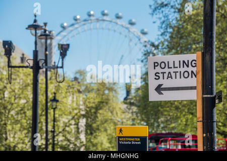 London, UK. 1st May 2018. Polling Station signs point to central hall Westminster, a stones throw from Parliament and government offices. Preparations for Local elections which will take place on 3 May 2018 in 32 London boroughs. Credit: Guy Bell/Alamy Live News - Stock Photo
