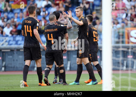 Stadio Olimpico, Rome, Italy. 28th Apr, 2018. Serie A Football, AS Roma versus Chievo; Edin Dzeko of AS Roma celebrates with his teammates after scoring a goal in the 40th minute Credit: Action Plus Sports/Alamy Live News - Stock Photo