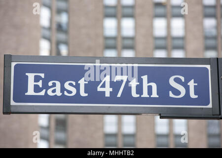 green new york street sign:East 47th St - Stock Photo