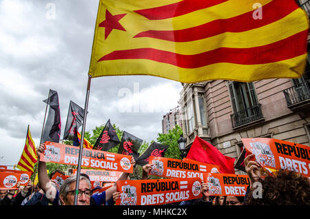 Barcelona, Catalonia, Spain. 1st May, 2018. A pro-independence flag floats on the heads of protesters. The Catalan independence movement has joined the May Day demonstrations, workers' day. Under the slogan For the Republic and social rights, hundreds of people have demonstrated in the center of Barcelona. Credit: Paco Freire/SOPA Images/ZUMA Wire/Alamy Live News - Stock Photo