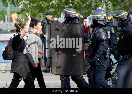 Paris, France. 1st May 2018. Workers Day manifestation. Two females challenge police during the May Day resistance as the police try to clear the area after rioting. 1st May 2018. Paris, France. Credit: Paul Roberts/Alamy Live News - Stock Photo