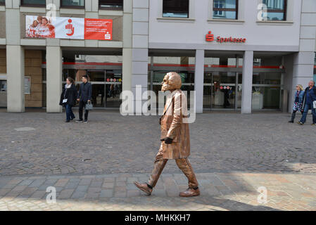 01 May 2018, Germany, Trier: An extra dressed up like a bronze statue as the old Karl Marx and is walking through the city at the dress rehearsal of 'Marx! Love! Revolution! A play on the move' from Berlin author Johannes Kram vom Sockel. Photo: Harald Tittel/-/dpa - Stock Photo