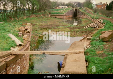 View of a lock on the Droitwich Canal at Hanbury, prior to restoration work being carried out.       Date: 1989 - Stock Photo