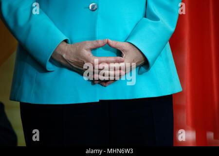 BKin Angela Merkel konzentriert sich auf eine perfekte Darstellung ihrer 'Raute' - Treffen der dt. Bundeskanzlerin mit dem chinesischen Staatspraeisde