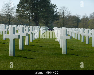 Rows of white crosses from D-Day landings at the Les Braves Omaha Beach Memorial, Saint-Laurent-sur-Mer, France - Stock Photo