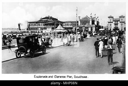 Esplanade and Clarence Pier, Southsea, Portsmouth, Hampshire, on a busy day.      Date: circa 1920s - Stock Photo