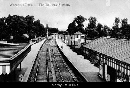 Worcester Park Railway Station, SW London (Surrey) -- looking down onto the tracks.      Date: circa 1910s - Stock Photo