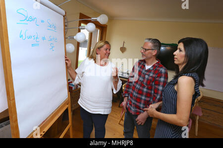 01.05.2018, Bavaria, Bolsterlang: Ariane Willikonsky (l) is in the Allgauer language school with her students, the media designer Markus Zieris (M) and the sales coach Rita Katharina Biermeier (r), during a high German course before a flipchart Here learn Allgauer High German. Also in other cities there are also high German blacksmiths. Chest dialect? No! Because the dialect speakers also have advantages. (to dpa-KORR: 'High German courses for dialect Abgewohnen are coming' from 02.05.2018) Photo: Karl-Josef Hildenbrand/dpa | usage worldwide - Stock Photo