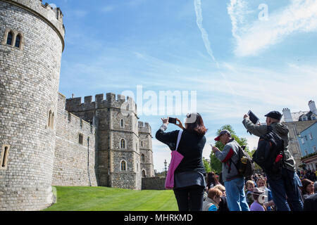 Windsor, UK. 3rd May, 2018. Tourists take pictures of Windsor Castle. Credit: Mark Kerrison/Alamy Live News - Stock Photo