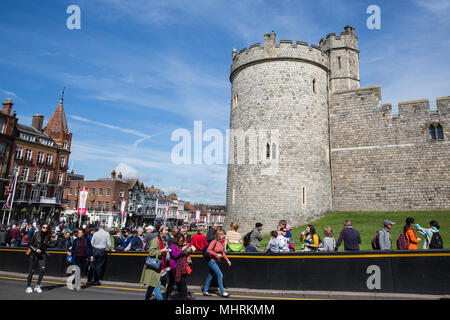 Windsor, UK. 3rd May, 2018. Tourists visit Windsor Castle. Credit: Mark Kerrison/Alamy Live News - Stock Photo