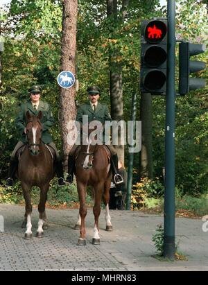 Also 'Diamant' and 'Jupiter', the horses of the two Essen police masters have to stop at red. Recording from 05.11.1989. This signals the horse traffic light in the course of a riding path in Essen Susen, which crosses a four-lane road. The equestrian relay of the Polozei is housed nearby, the horse traffic light has frequent signal changes. Photo: Michel Jung dpa | usage worldwide - Stock Photo