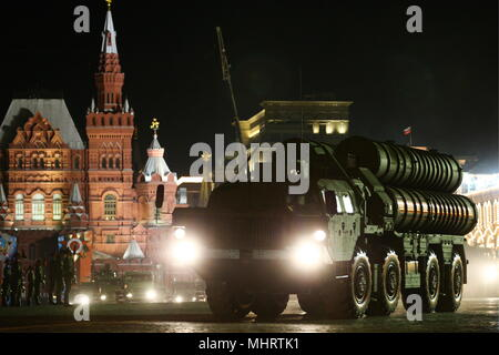 Moscow, Russia. 03rd May, 2018. MOSCOW, RUSSIA - MAY 3, 2018: A launching vehicle of the S-400 Triumf anti-aircraft weapon system in Moscow's Red Square during the second night rehearsal of the Victory Day military parade marking the 73rd anniversary of the victory in the Great Patriotic War of 1941-1945, the Eastern Front of World War II. Mikhail Tereshchenko/TASS Credit: ITAR-TASS News Agency/Alamy Live News - Stock Photo