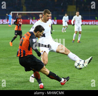 KHARKIV, UKRAINE - FEBRUARY 21, 2018: Taras Stepanenko of Shakhtar Donetsk (L) fights for a ball with Edin Dzeko of AS Roma during their UEFA Champion - Stock Photo