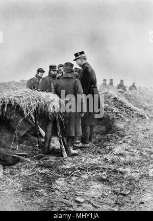 King Albert I of Belgium visiting the Avecapelle trench, 1914, Belgium - Stock Photo