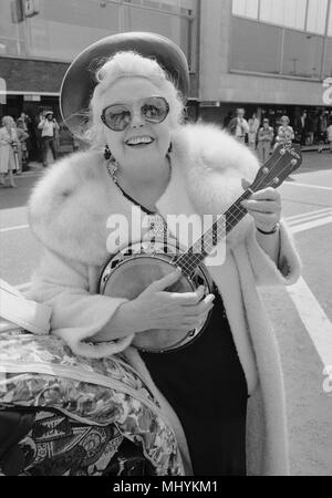 Tessie OÕShea with her ukelele at London Airport. - Stock Photo